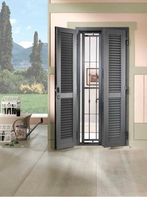 una finestra con delle tapparelle aperte e vista della terrazza