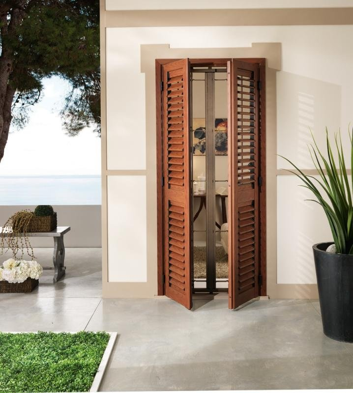una finestra con delle tapparelle aperte di color marrone
