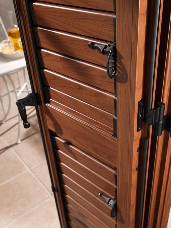 delle tapparelle in legno di color marrone