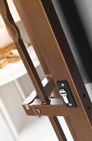 vista ravvicinata di una serratura di una griglia di color marrone