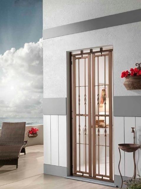 una finestra con le griglie di una casa accanto il mare