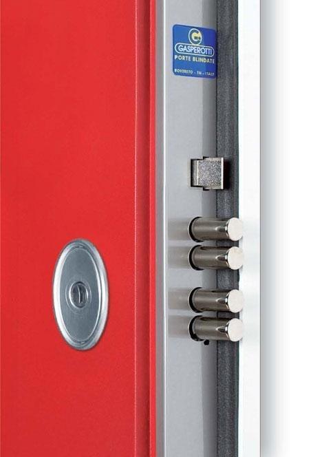 vista ravvicinata della serratura d'una porta blindata