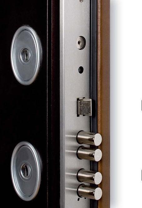 vista ravvicinata della serratura d'una porta blindata di color marrone