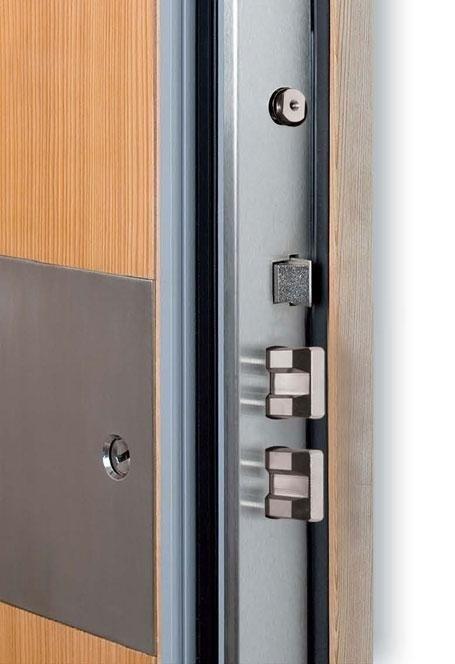 vista ravvicinata della serratura d'una porta blindata di color legno chiaro