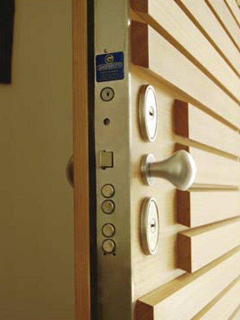 vista ravvicinata della serratura d'una porta blindata di color avorio