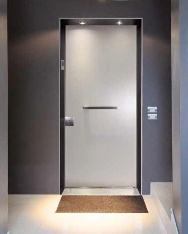 una porta con una maniglia in centro