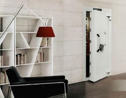 una sala con una porta blindata di color bianco