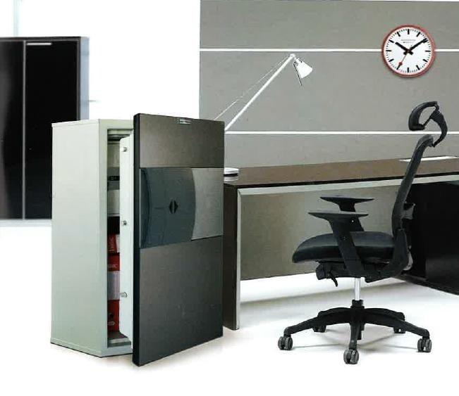 una cassaforte accanto una scrivania