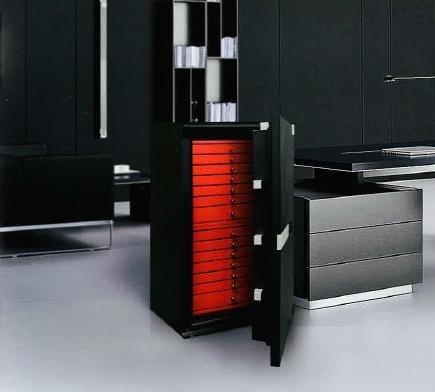 un armadio cassaforte di color nero con dei cassetti rossi