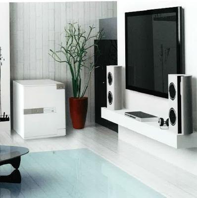 una sala con un tv al muro e una cassaforte di color bianco