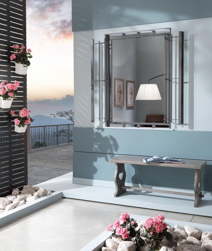 una finestra aperta e vista di una terrazza con i fiori