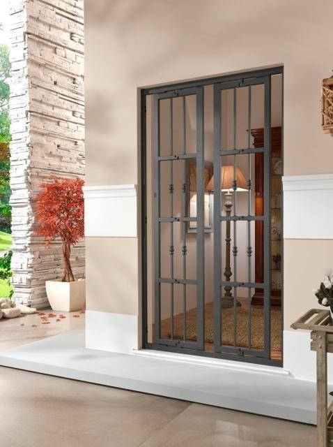 una finestra con la griglia accanto una veranda