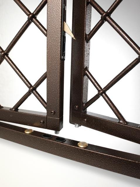 due griglie per una finestra con un chiavistello