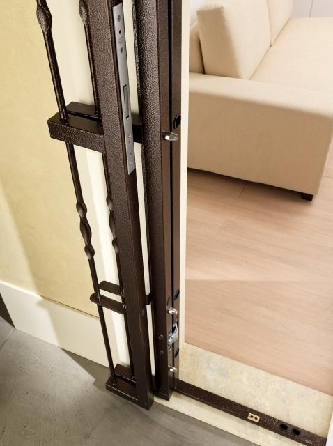 una struttura in metallo per una porta