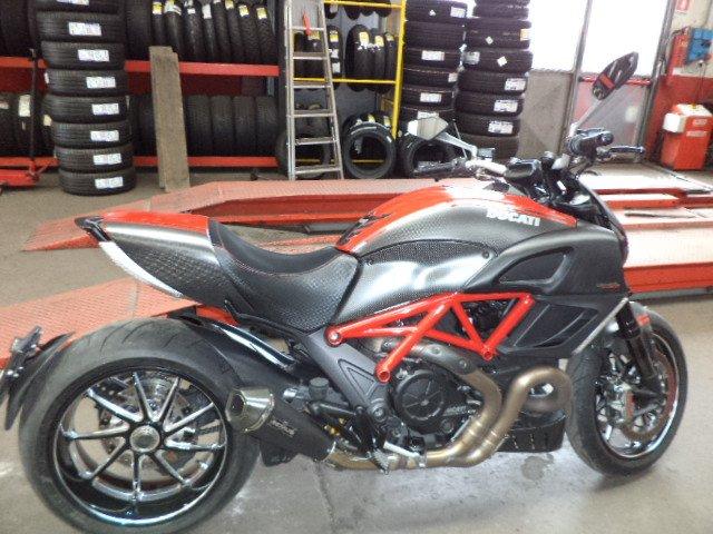 primo piano di una moto sportiva