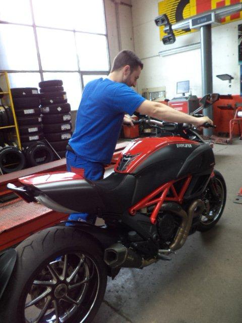 prova controlli a manubrio di una moto sportiva