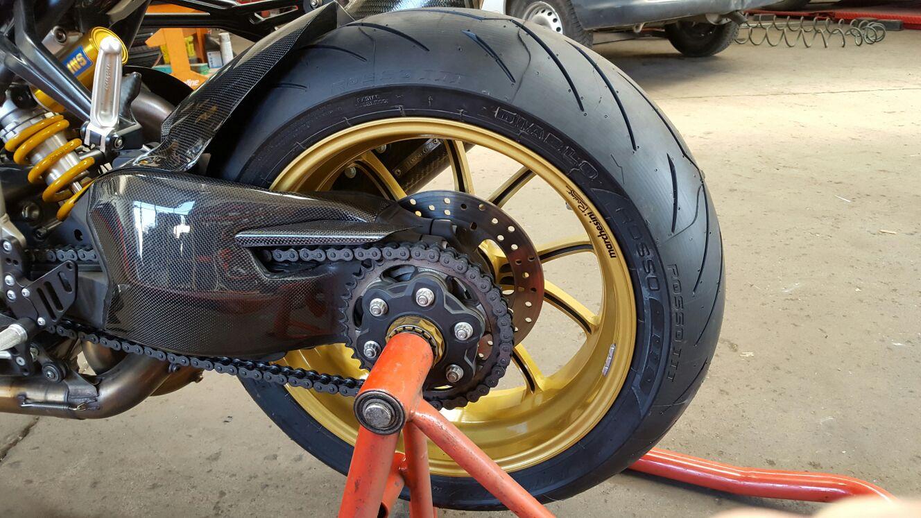 primo piano di una gomma da moto