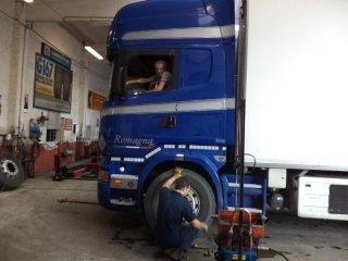 autocarri blu con un uomo che guida