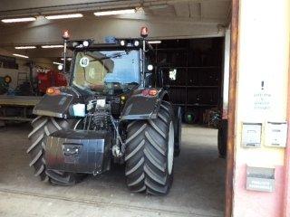 dietro veduta di un trattore agricolo in una officina