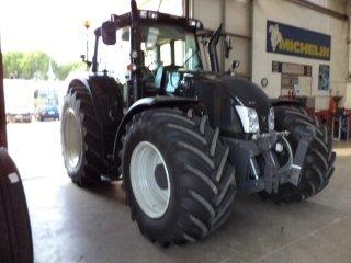 trattore agricolo nero
