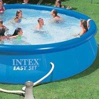 ragazzi e ragazze in una piscina di gomma grande