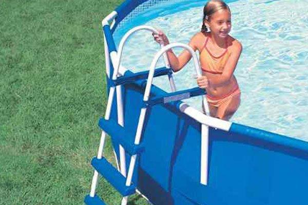 una bambina che esce da una piscina rialzata