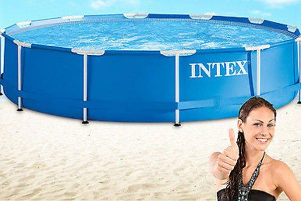 una ragazza con il pollice in su e dietro una piscina rialzata