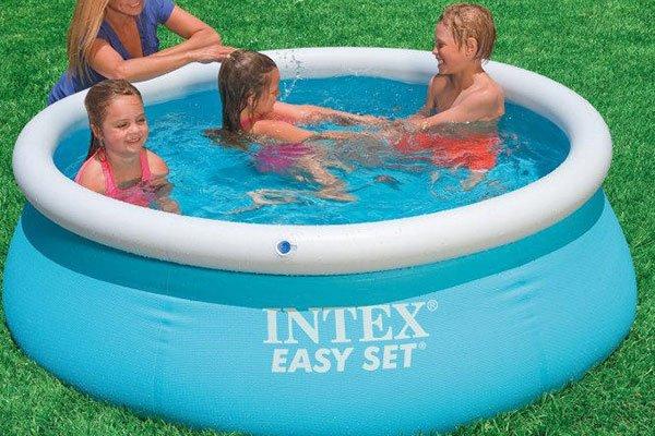 dei bambini in una piscina di gomma