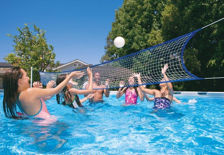 dei ragazzi che giocano a pallavolo in una piscina