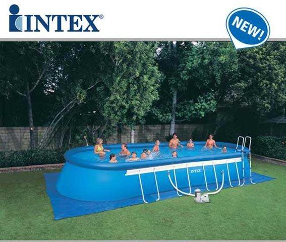 delle persone in una piscina rialzata Intex
