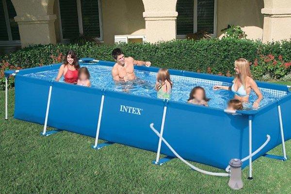 delle persone in una piscina rialzata