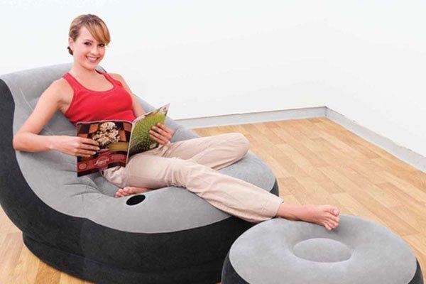 una ragazza con una rivista seduta su una poltrona ad acqua