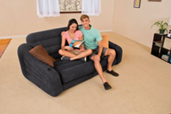una coppia seduta su un divano nero