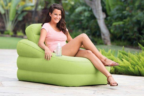 una ragazza seduta su una poltrona verde ad acqua