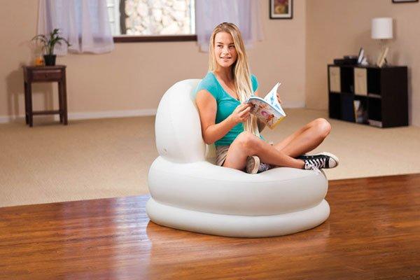 una ragazza seduta su una piccola poltrona ad acqua con una rivista
