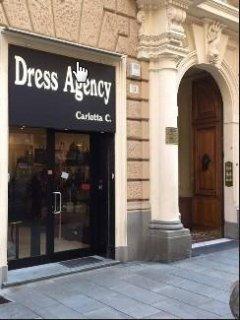 Il negozio Dress Agency si occupa della compravendita di borse 6bac7d92ac0