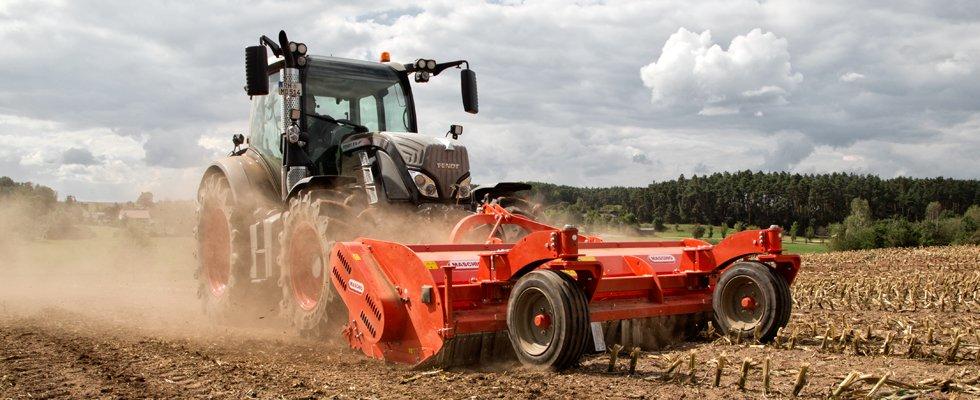 un macchina agricola su un terreno