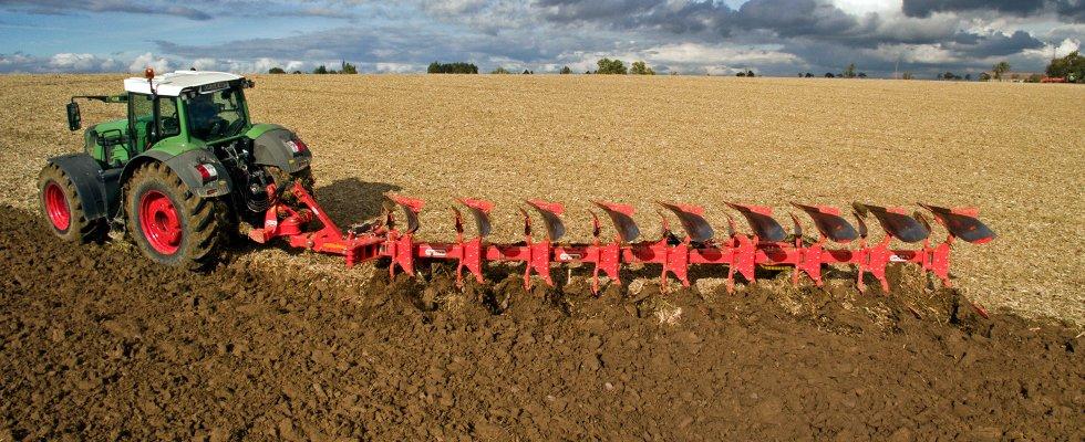 un trattore verde su un terreno