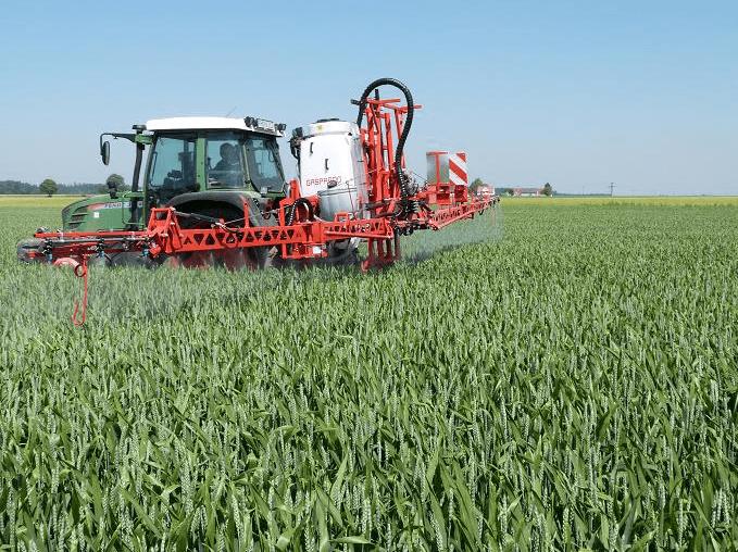 un trattore in un campo erboso