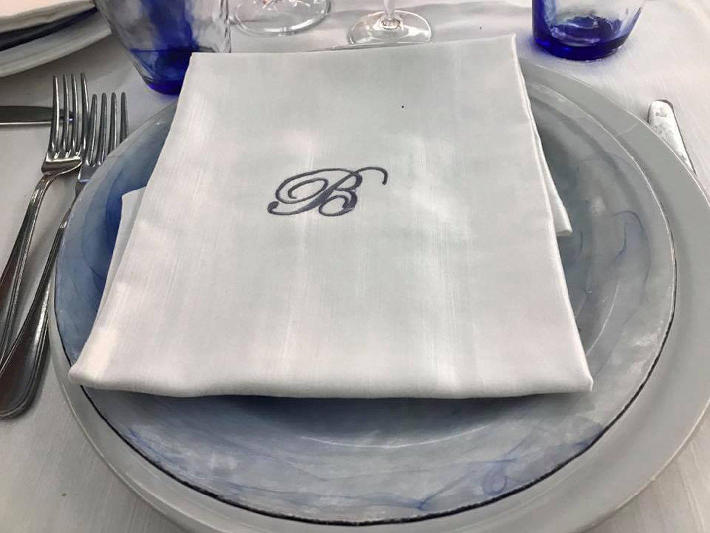 piatto con tovagliolo e B ricamata