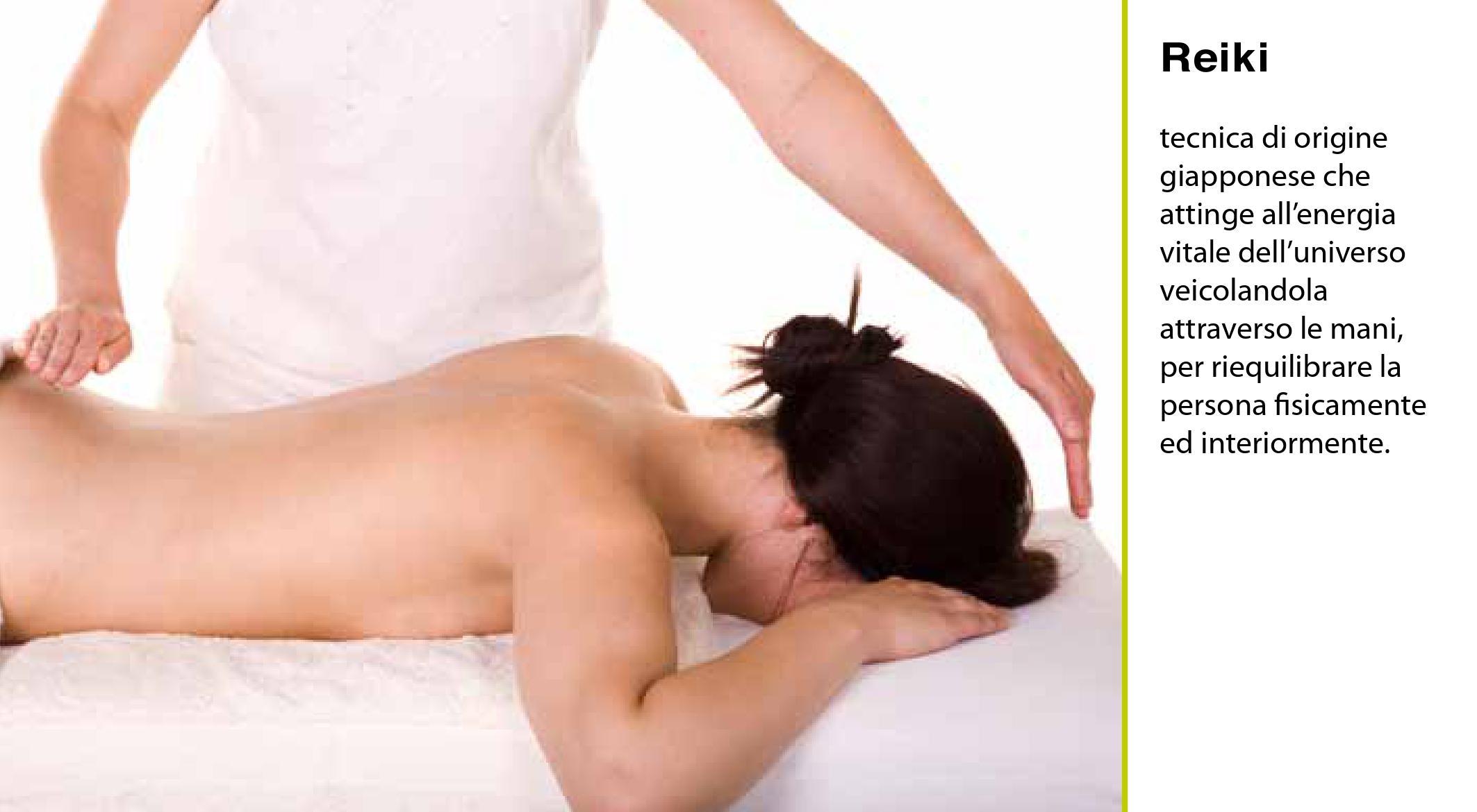 una ragazza senza vestiti per massaggio Reiki