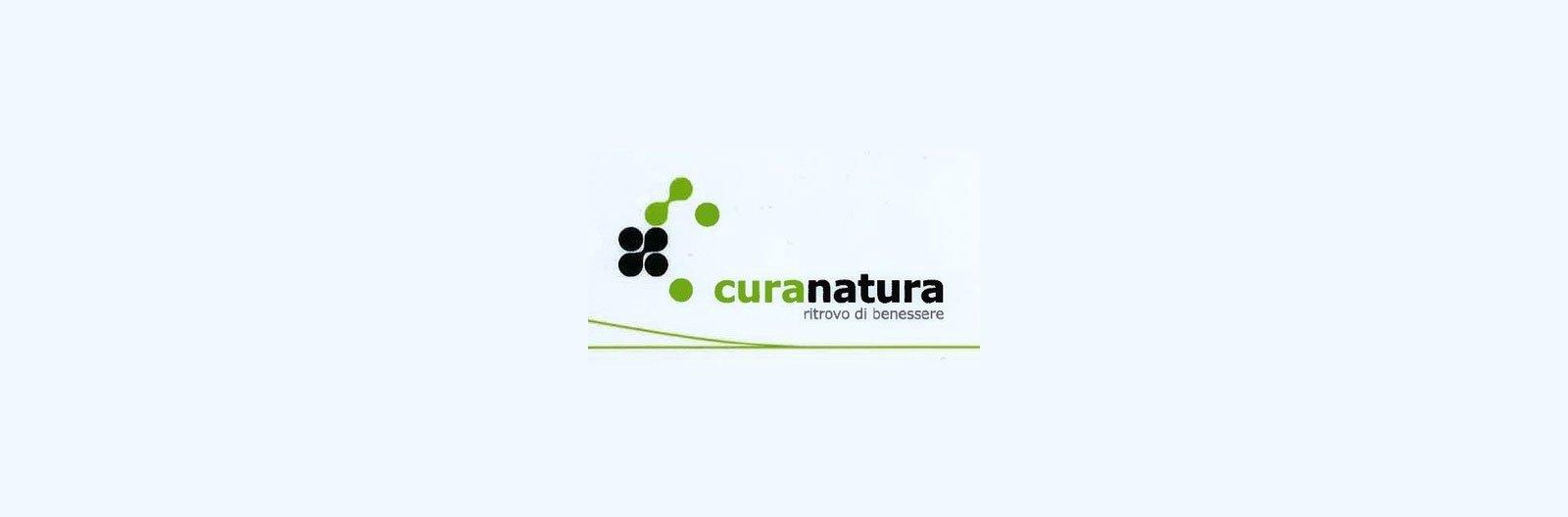 logo con scritto Curanatura ritrovo di benessere in color nero e verde