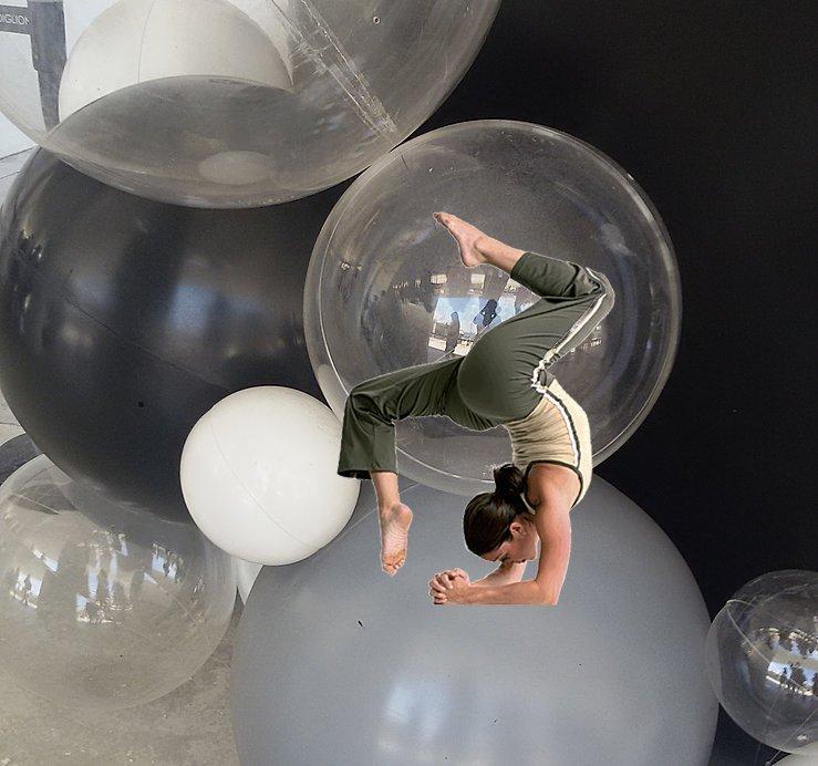 una ragazza durante una posizione yoga