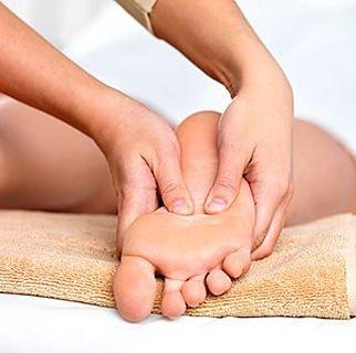 due mani che massaggiano un piede