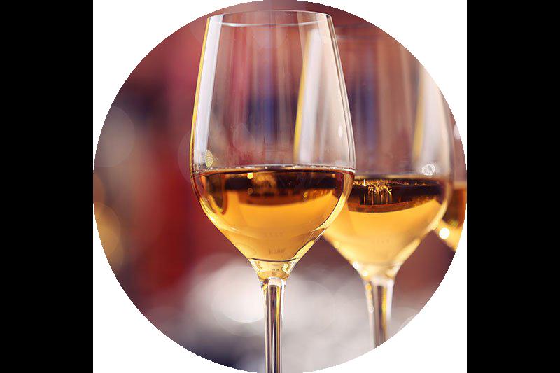 tre bicchieri con dentro dello champagne