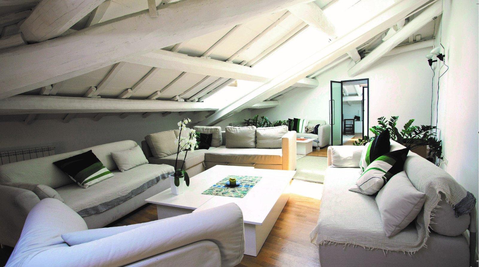 Bella camera con comodi divani bianchi