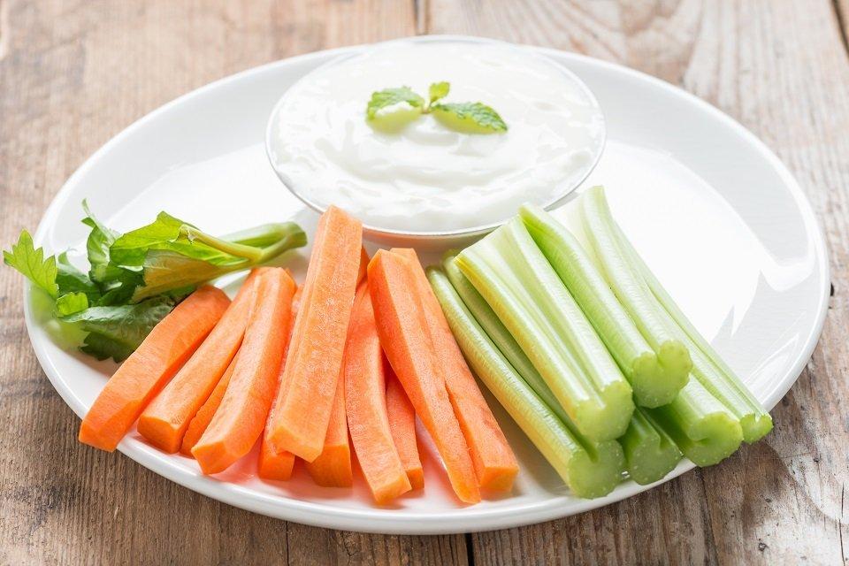 piatto con carote sedano e salsa bianca