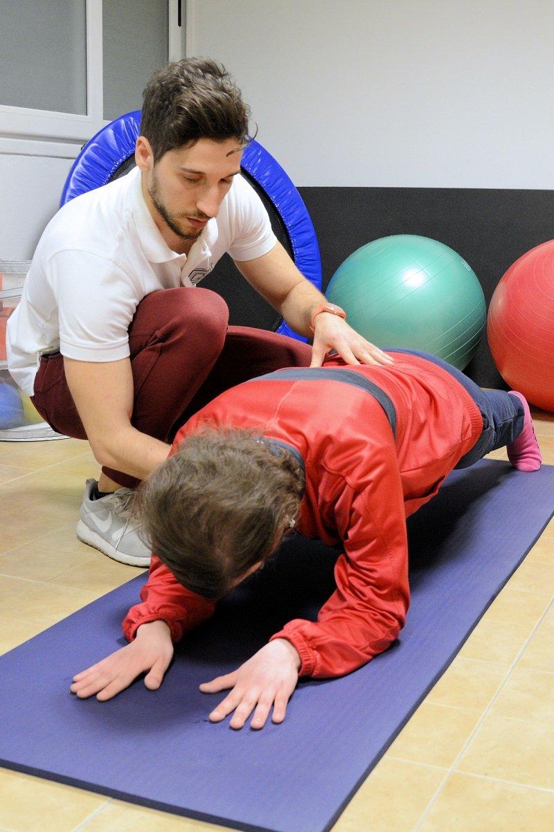 Fisioterapista aiuta una paziente durante un esercizio