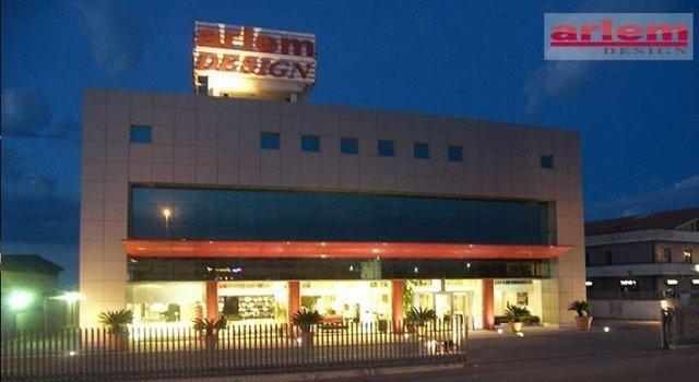 vista dall' esterno dell' edificio Arlem Design durante la sera
