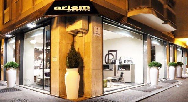 vista dall' esterno dello showroom Arlem Design